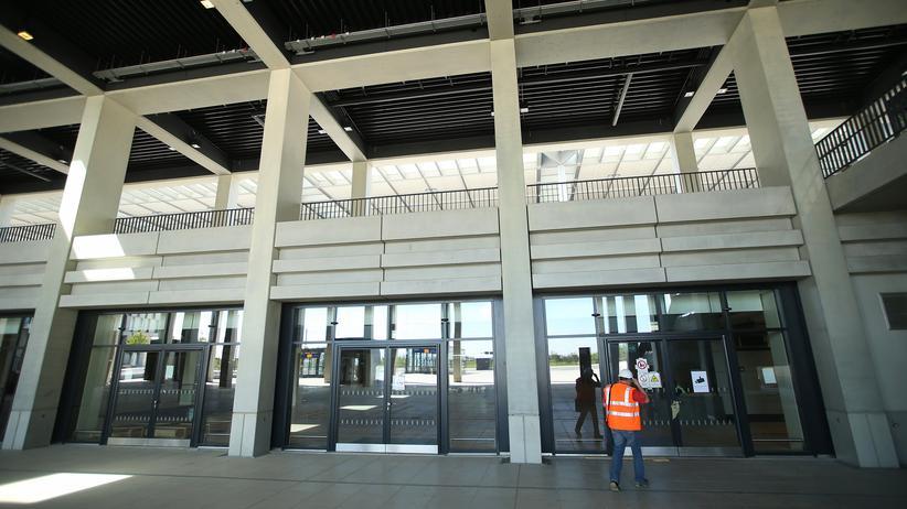 Flughafen BER: Ein Arbeiter vor dem BER-Terminal