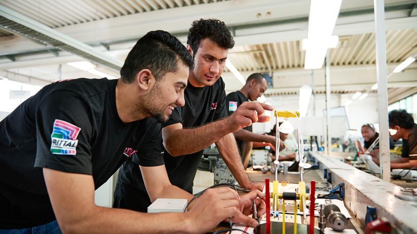 Wirtschaft, Flüchtlinge in Deutschland, Dax-Unternehmen,     Flüchtling,     Praktikum,     Arbeit,     Antidiskriminierungsgesetz,     Siemens AG,     Arbeitsrecht,     Ausbildungsplatz,     Auszubildende
