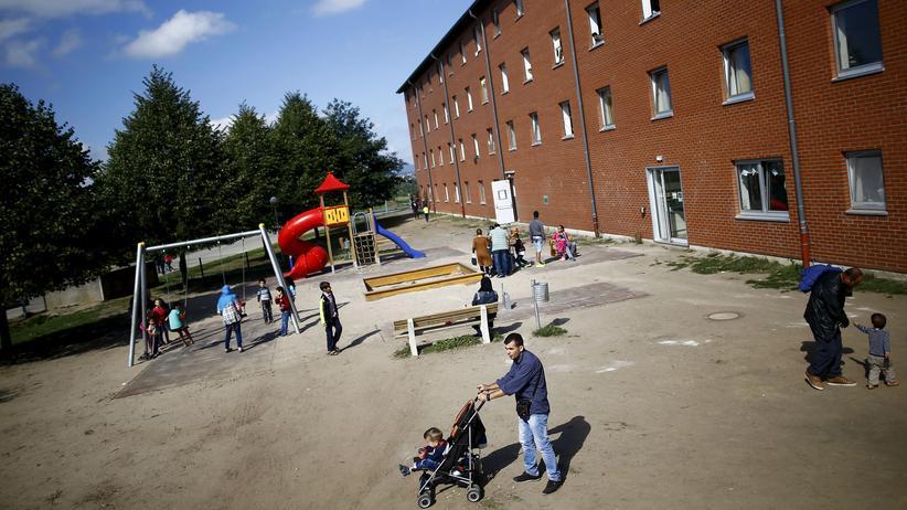 Flüchtlinge in Deutschland: Flüchtlinge warten im hessischen Gießen vor einer ehemaligen Baracke der US-Armee auf ihre Registrierung.