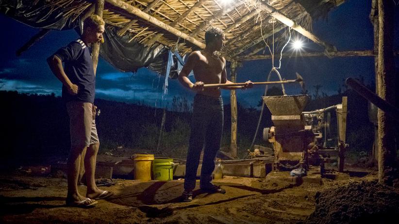 Goldgräber: In einer illegalen Goldgräbersiedlung am Rio Pacu waschen zwei Männer Erdreich mit einer Art Maschine. Dabei kommen auch giftige Chemikalien zum Einsatz. Der Fotograf Giorgio Palmera und ZEIT-Korrespondent Thomas Fischermann haben die Goldschürfer am Rio Pacu besucht.