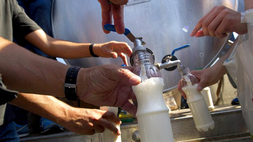 Milchpreise: Milchbauern protestieren in Santiago de Compostela gegen die niedrigen Milchpreise, indem sie ihre Milch verschenken. Das will nun auch die EU-Kommission tun und damit den Milchmarkt in Europa entlasten.