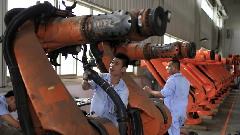 Arbeiter in China reparieren Industrieroboter.