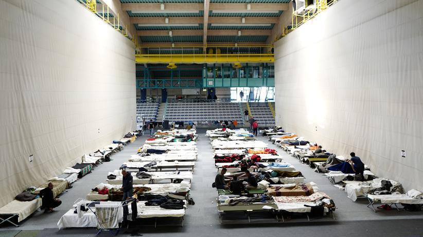 Flüchtlinge sind in einer Sporthalle in Hanau untergebracht.