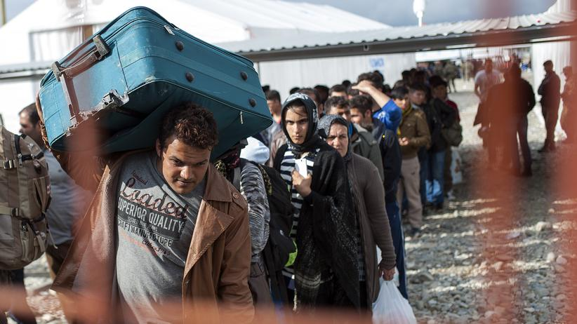 Flüchtlingskrise: Flüchtlinge an einem Bahnhof nahe der Stadt Gevgelija in Mazedonien