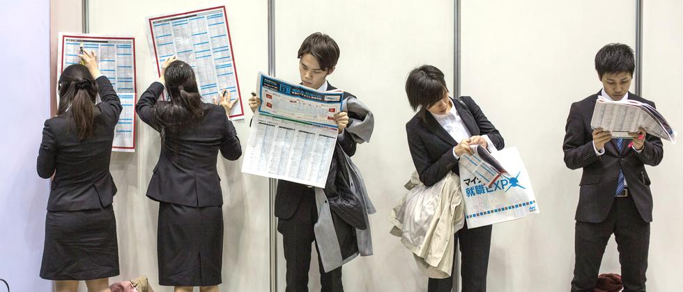 Studenten bei einer Jobbörse in Tokio im März 2015
