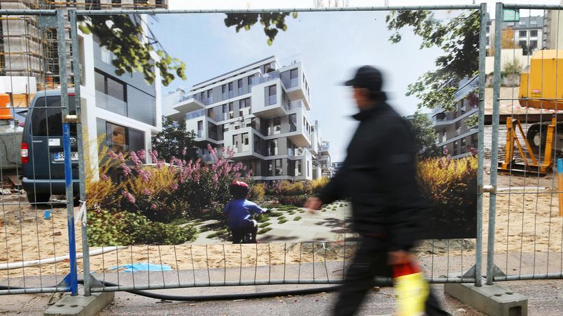 Baustelle und Werbung für neue Appartements in Berlin (Archiv)