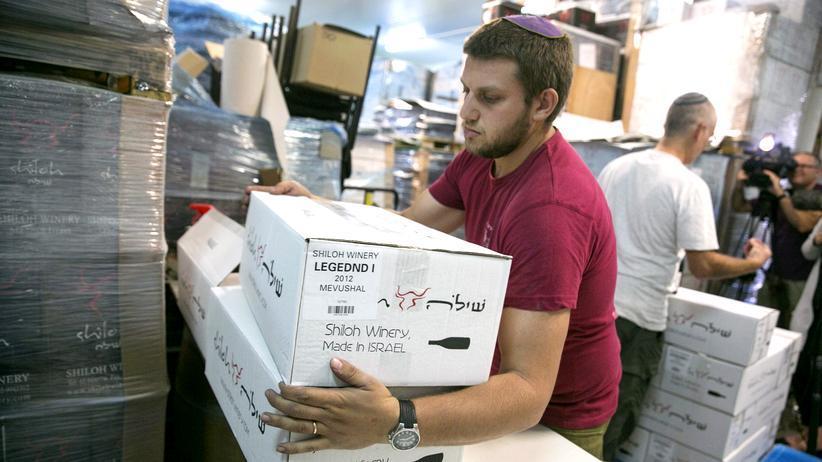 Kennzeichnungspflicht: Ein Arbeiter trägt Wein aus der Nähe von Rammallah im Westjordanland.