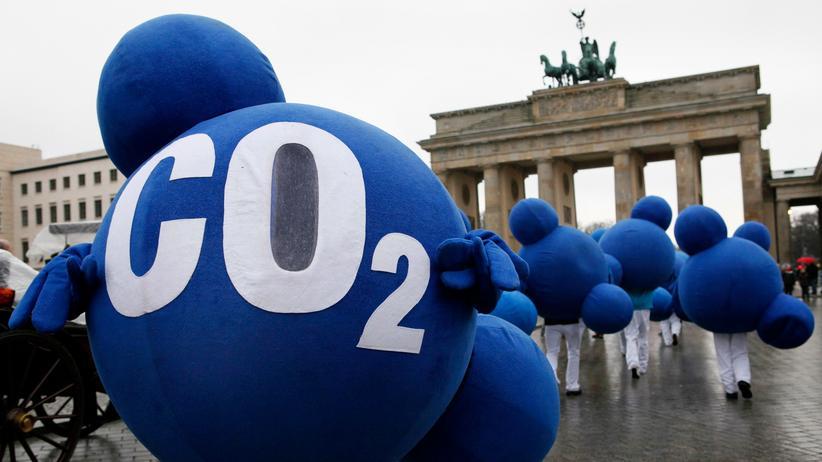 Umweltaktivisten verkleidet als CO2-Moleküle