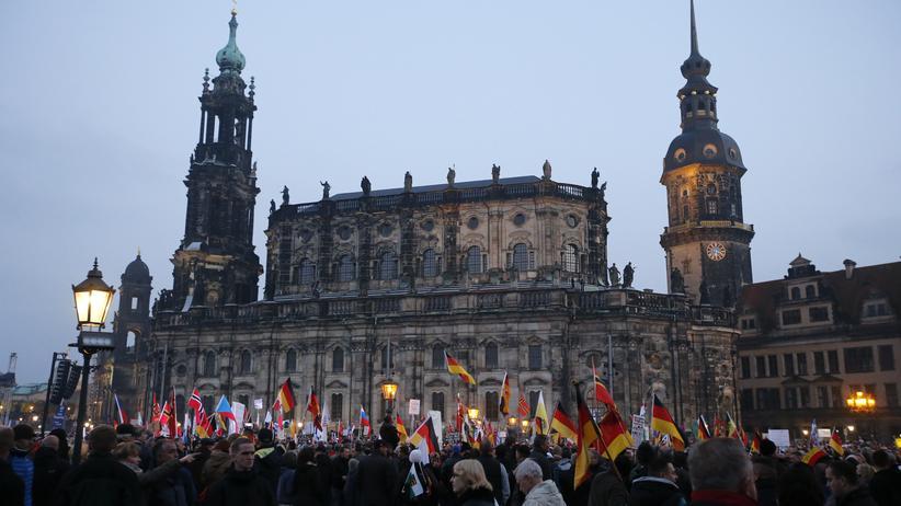 Pegida-Demonstranten versammeln sich in Dresden. (Archivbild)