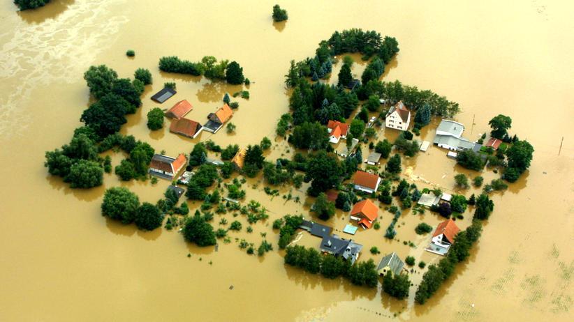 Überschwemmung bei Dresden während des Elbe-Hochwassers im August 2002
