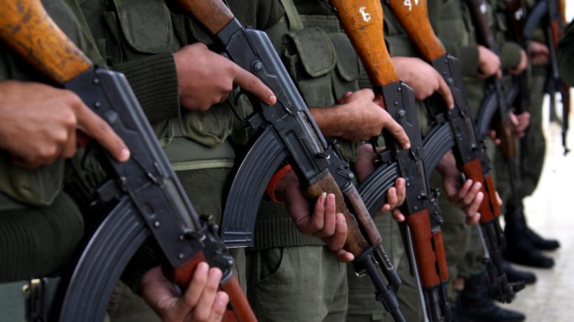 Sipri-Studie: Mitglieder der palästinensischen Sicherheitskräfte mit Kalaschnikow-Sturmgewehren
