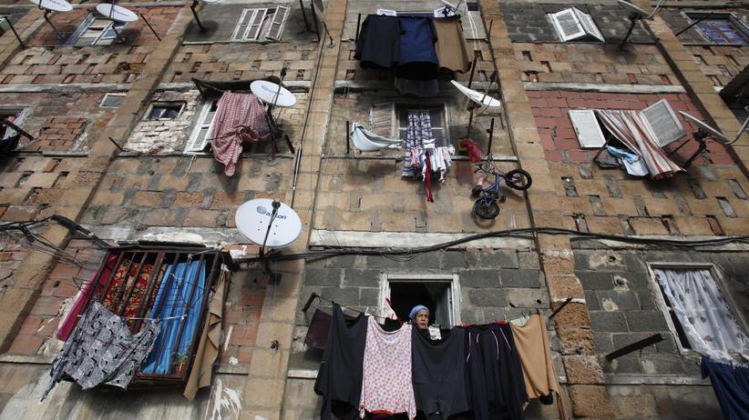 Algerien: In Algeriens Hauptstadt Algier schaut eine Frau über ihren Stadtteil Diar El Kehf. (Archiv)