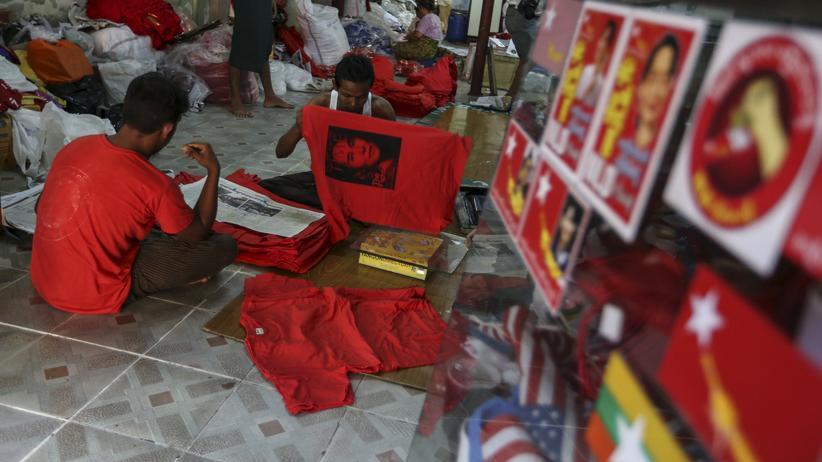 Myanmar: Arbeiter produzieren T-Shirts mit dem Bild von Aung San Suu Kyi