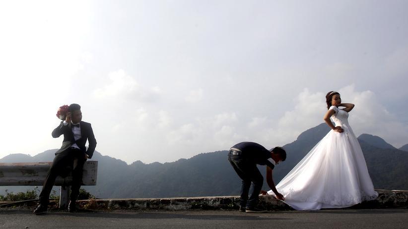 Finanzen: Ein Brautpaar bei der Fotosession in Tam Dao, nördlich von Hanoi