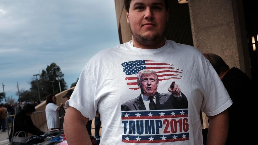 Donald Trump: In der Kleinstadt Biloxi/Mississippi wartet ein Trump-Fan auf den Auftritt seines Idols.