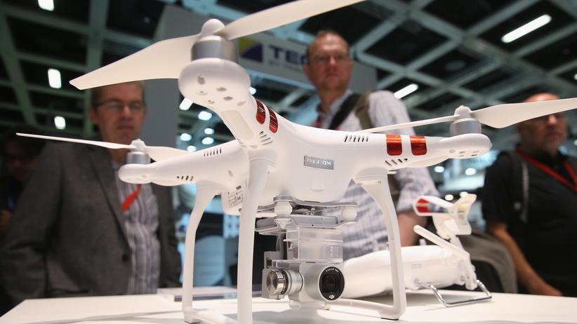 Was bewegt Frank Wang?: Auf der Internationalen Funkausstellung im vergangenen September in Berlin begutachten Besucher am DJI-Stand eine Drohne.