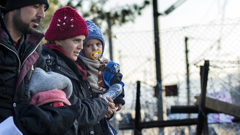 Flüchtlinge: Flüchtlinge warten an der Grenze zu Griechenland nahe der mazedonischen Stadt Gevgelija (Archiv).