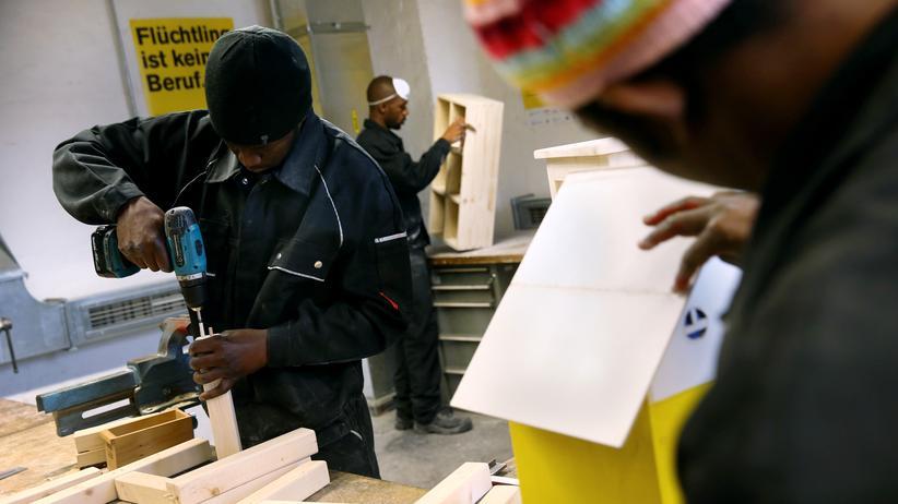 IWF-Studie: Asylbewerber aus Afrika in einer Werkstatt in Berlin