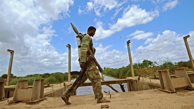 Mogadischu: Ein Somalischer Soldat in einem Vorort von Mogadischu