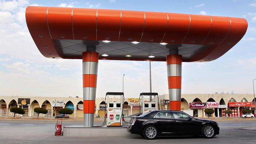 In der saudi-arabischen Hauptstadt Riad tankt ein Autofahrer Sprit – hochsubventionierten natürlich.