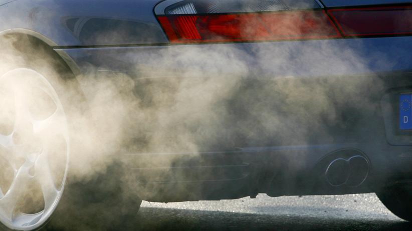 Autoindustrie: Wie viele Abgase ein Auto auf der Straße ausstoßen darf, ist umstritten.