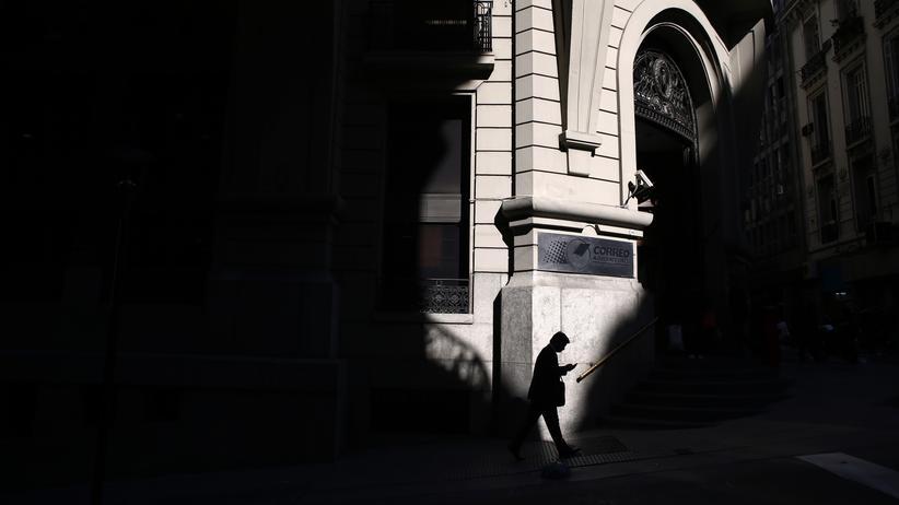 Ein Mann läuft durch das Finanzviertel der argentinischen Hauptstadt Buenos Aires.