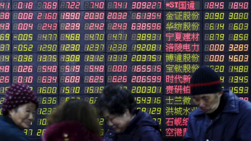 Konjunktur: Investoren stehen in Shanghai vor einer Kurstafel.