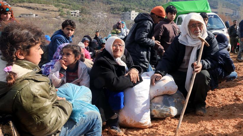 Flüchtlinge: Syrer, die vor dem Bombenhagel des Assad-Regimes und der Russen geflohen sind, warten an der syrisch-türkischen Grenze.