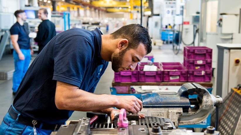 Frank-Jürgen Weise: Ein Flüchtling aus Syrien in einem Münchener BMW-Werk