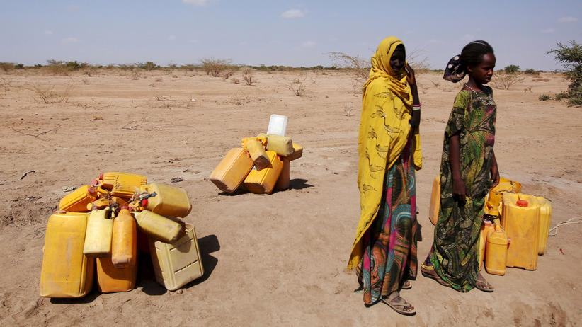 Äthiopien: Frauen warten in der Somali-Region Äthiopiens, um ihre Kanister mit Wasser zu füllen.
