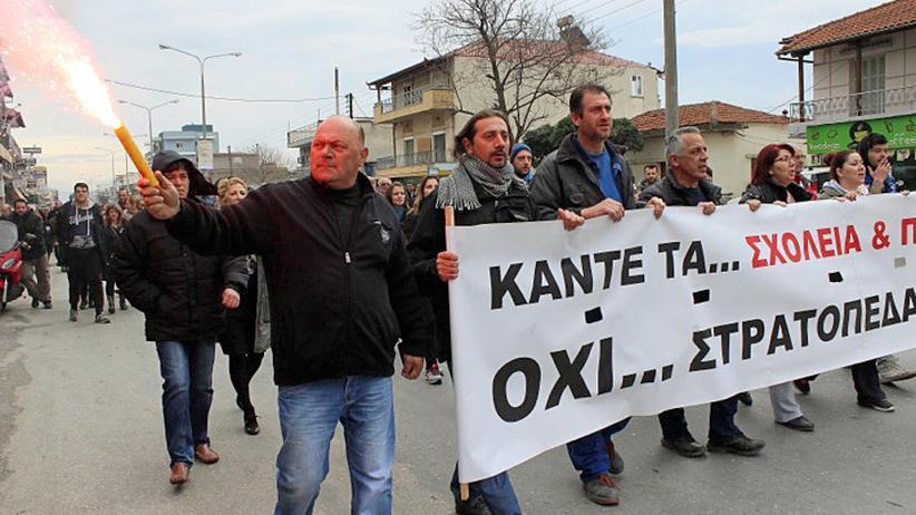 Im Dorf Diavata westlich von Thessaloniki demonstrieren Anwohner gegen eine Flüchtlingsunterkunft.