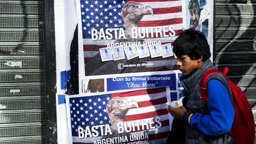 """""""Genug Geier"""" steht auf einem Plakat in Buenos Aires."""
