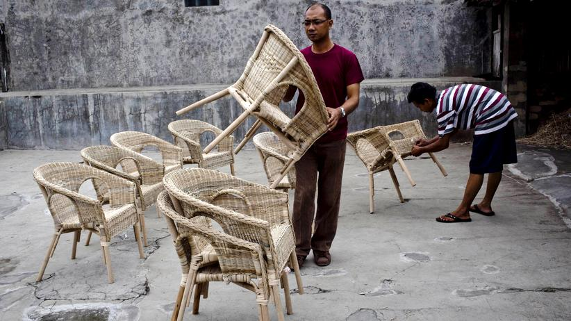 Indonesien: Arbeiter stapeln Rattanmöbel in der indonesischen Stadt Sukoharjo.