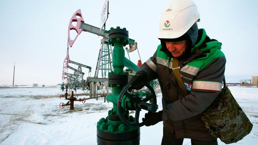 Der Angestellte einer russischen Ölfirma in Tuzlukushevskoye