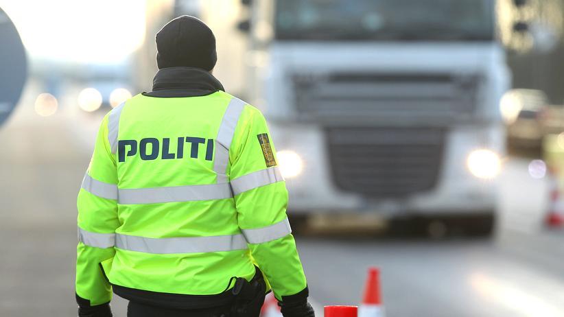 Globalisierung: Ein dänischer Polizist kontrolliert an der Grenze bei Padborg am 6. Januar 2016 aus Deutschland kommende Fahrzeuge.