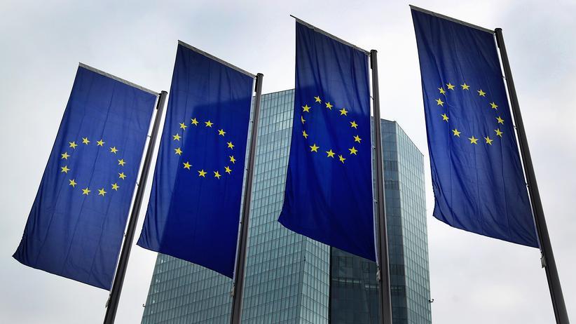 Europa : EU-Flaggen vor der EZB-Zentrale in Frankfurt am Main