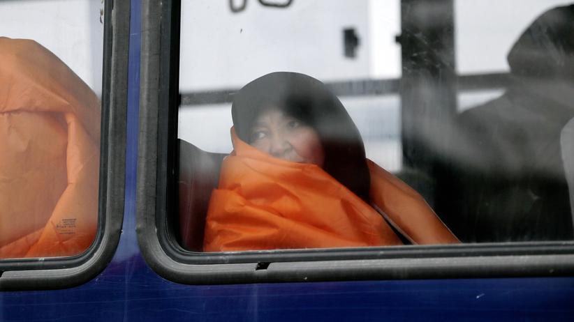 Flüchtlingspolitik: Auf dem Meer aufgegriffene Flüchtlinge werden nach Lesbos gebracht.