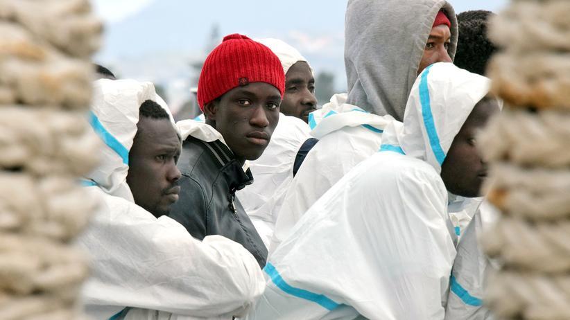 Flüchtlinge: Migranten auf einem Schiff der italienischen Küstenwache in einem Hafen von Sizilien