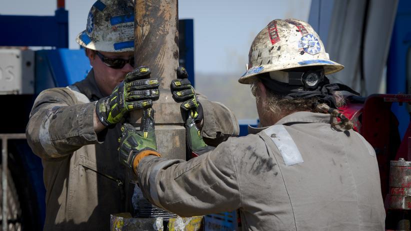Globalisierung: Eine Herausforderung an die Saudis: der Fracking-Boom in den USA, der inzwischen schon wieder abklingt. Hier wechseln Arbeiter eine Bohr-Röhre aus (Archivbild).