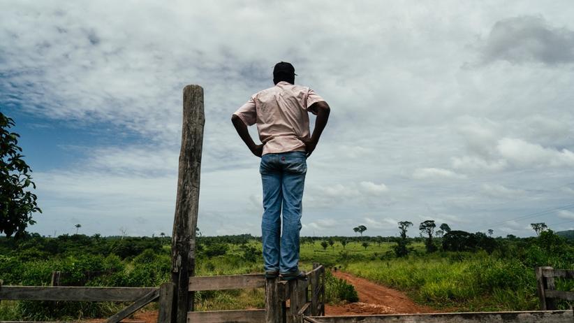 Sehnsüchtig: Vertriebener Bauer schaut auf die Araúna-Farm.