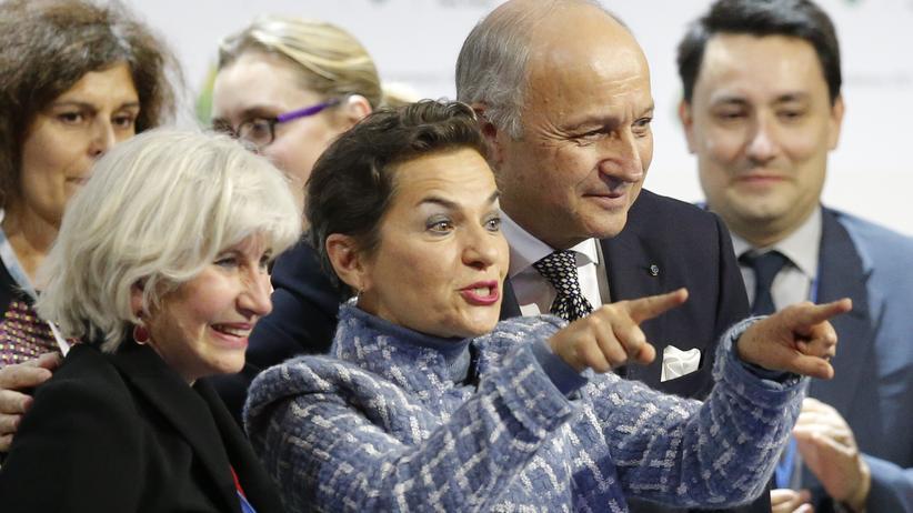 UN-Entwicklungsziele: Nach der Verabschiedung des Klimavertrags vergangenen Dezember in Paris: Der französische Gipfelpräsident Laurent Fabius (rechts), UNFCCC-Generalsekretärin Christiana Figueres (Mitte) und die französische Chefunterhändlerin Laurence Tubiana (links) bejubeln das Abkommen.