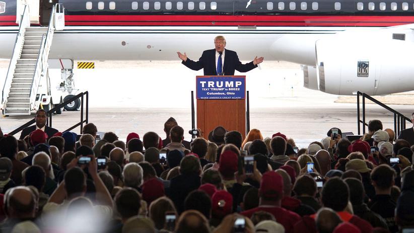 Donald Trump: Trump hält eine Rede vor seinem Wahlkampfflugzeug auf einem Flughafen in Ohio