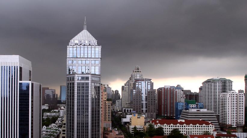 Landflucht: Dunkle Wolken über dem Geschäftsdistrikt von Bangkok (Archivbild)