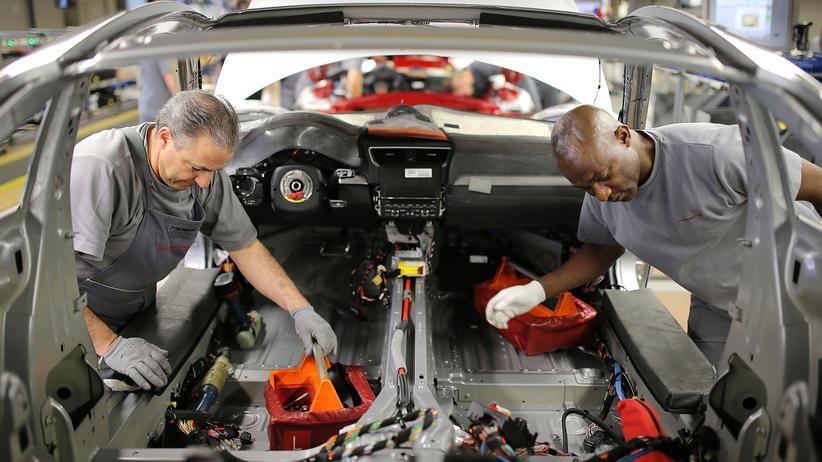 Zwei Mitarbeiter im Porsche Werk in Zuffenhausen