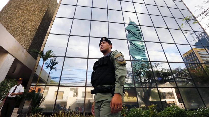 Panama Papers: Die Panama Papers der Anwaltskanzlei Mossack Fonseca (im Hintergrund) haben die Diskussion um Steuerflucht erneut ins Rollen gebracht.