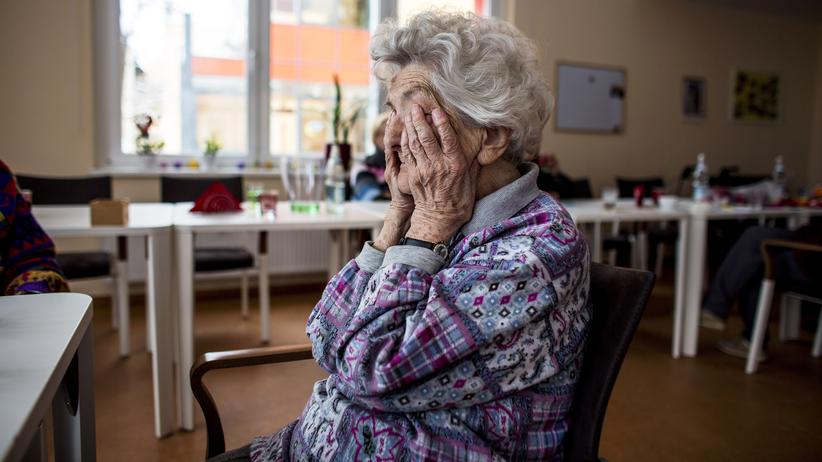 Pflege: Eine ältere Dame in einem Pflegeheim in Berlin