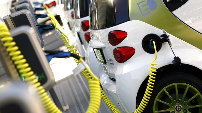 Kaufprämie für Elektroautos: Elektroautos an einer Ladestation