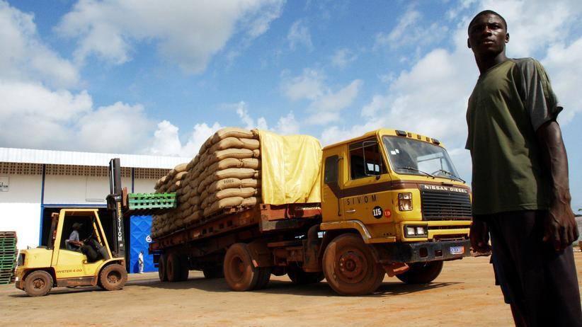 Produktionsstandard: Kakaobohnen werden in einem Hafen an der Elfenbeinküste verladen