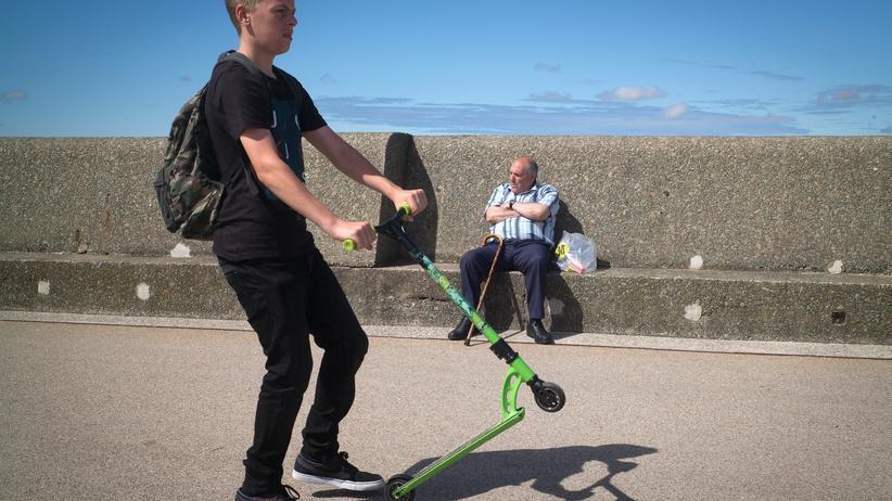 Altersvorsorge: Jung und Alt genießen das Wetter in New Brighton, England.