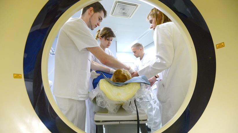 TTIP: Ärzte versorgen einen Patienten in einem Unfallkrankenhaus in Berlin.